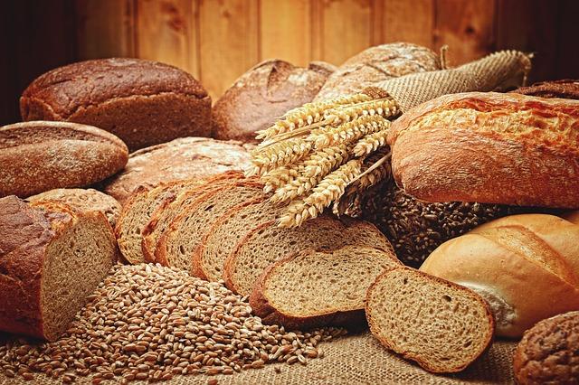 verschiedene Brotsorten und Weizenähren