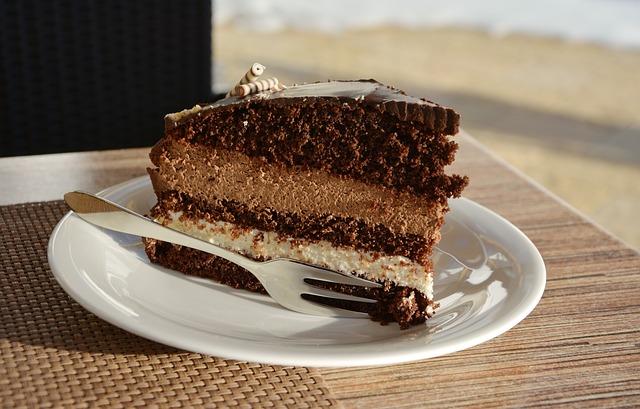 Eine Stück Torte auf einem kleinen Teller serviert.